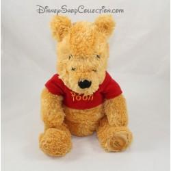 Peluche Winnie l'ourson DISNEY STORE écusson t-shirt Pooh rouge 22 cm